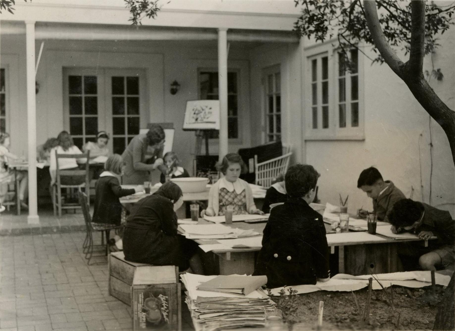 Galka Emmy Scheyer mit Kindern, circa 1940, Foto: Lette Valeska, Copyright of Julia Hammid and the Estate of Tino Hammid