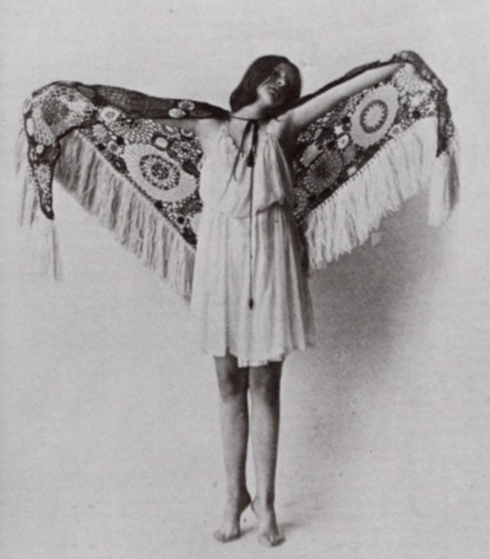 """Charlotte Bara, """"Sterbender Schmetterling"""". Foto Emil Gos (1915), Collection privée, Bruxelles"""